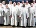 les-douze-pretres-dans-l-eglise-saint-pol-aurelien_2984560.jpg