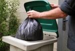 le-maire-fouille-dans-les-poubelles.jpg